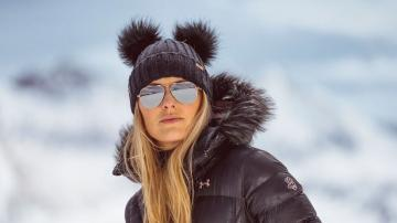 A beanie with a full knit body and double pom-poms. This playful look is named after Cortina D'Ampezzo, where Lindsey broke several records; in 2015, she won her 63rd race and overtook the record for the most wins ever by a female skier